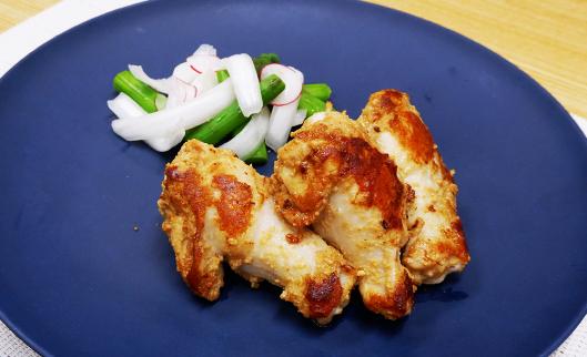 鶏手羽元焼き(新玉葱とアスパラのぬか漬サラダ添え)